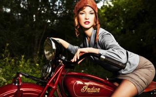 Linda a menina em uma motocicleta.
