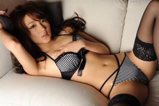 La muchacha japonesa atractiva en ropa interior.