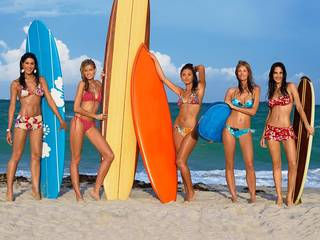 Mädchen und Surfen